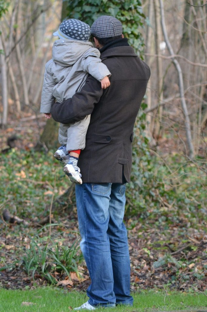 father-with-child-235641_1280